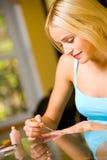 делать женщину manicure Стоковые Изображения