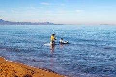Делать затвор занимаясь серфингом в семье с небольшим ребенком стоковое изображение rf