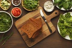 Делать здоровые bruschettas с органическими ингридиентами Стоковые Изображения