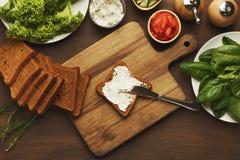 Делать здоровые bruschettas с органическими ингридиентами Стоковая Фотография RF