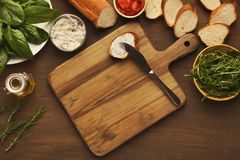 Делать здоровые bruschettas с органическими ингридиентами Стоковые Фото