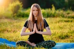 делать йогу девушки Стоковое Фото