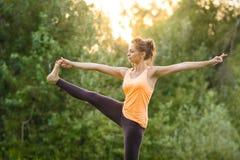 делать йогу девушки стоковая фотография
