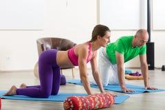 делать йогу женщины человека стоковые фотографии rf