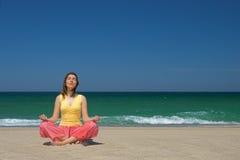 делать йогу женщины Стоковые Фото