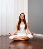 делать йогу женщины smiley комнаты Стоковое Фото
