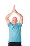 делать йогу человека возмужалую более старую стоковые фото