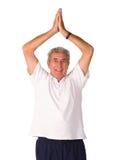 делать йогу человека возмужалую более старую стоковое фото