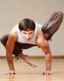 делать йогу человека Стоковые Изображения