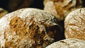 Делать ломоть хлеба в хлебопекарне Ломоть хлеба на производственной линии в индустрии выпечки Обвалите фабрику в сухарях видеоматериал