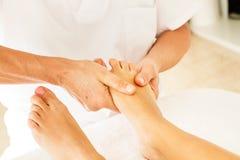 Делать массаж и osteopathy стоковое изображение