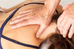 Делать массаж и osteopathy стоковые изображения