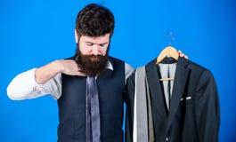 Делать необходимое приобретение Бородатое приобретение моды приобретения человека в отделе магазина людей Бизнесмен выбирая среди стоковые изображения