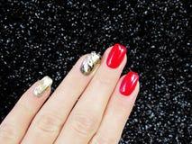Делать ногти с золотом фольги, красным цветом, белым Стоковое Изображение RF
