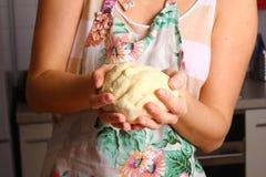 Делать пиццу женскими руками на кухонном столе Стоковое Изображение RF