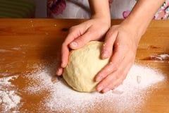 Делать пиццу женскими руками на кухонном столе Стоковые Изображения RF