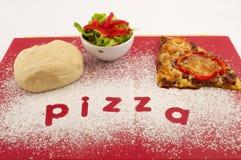 делать пиццу Стоковые Изображения