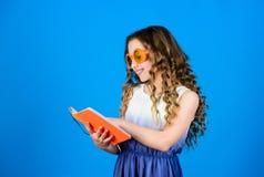 Делать планы на летние отпуска и каникулы примечания дневника книга чтения Мода лета небольшая девушка красоты написать ее стоковое изображение