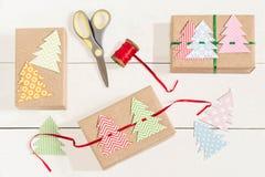 Делать подарочные коробки для рождества Стоковая Фотография RF
