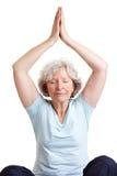 делать пожилую йогу женщины Стоковое Изображение