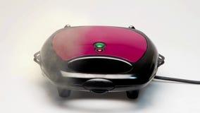 Делать свежие испаряясь горячие waffles с создателем waffle акции видеоматериалы