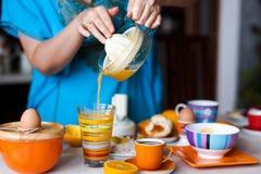 Делать свежий апельсиновый сок стоковое изображение rf