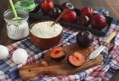 Делать сладостный пирог сливы с миндалинами Стоковая Фотография RF