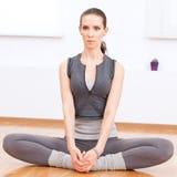 делать спорт гимнастики тренировки протягивая йогу женщины Стоковые Изображения