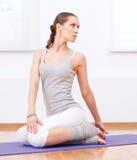 делать спорт гимнастики тренировки протягивая йогу женщины Стоковые Фотографии RF