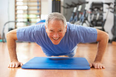 делать старший давления человека поднимает Стоковое Фото