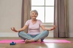 делать старшую йогу женщины стоковое изображение
