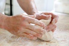 Делать тесто мужскими руками на хлебопекарне Стоковые Изображения RF
