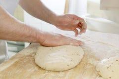 Делать тесто мужскими руками на хлебопекарне Стоковое Изображение RF