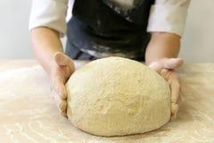 Делать тесто мужскими руками на хлебопекарне Стоковые Фотографии RF