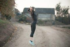 делать тренировки протягивая женщину стоковое фото rf
