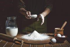 Делать хлеб, ретро введенная в моду скульптура Добавленное зерно bakersfield Подготовка теста хлеба стоковые фото