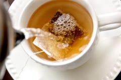 делать чай стоковые фотографии rf