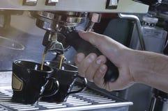 Делать 2 чашки esspresso на машине стоковая фотография