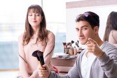 Делать человека компенсирует милую женщину в салоне красоты Стоковые Изображения