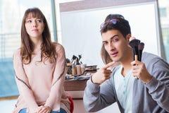 Делать человека компенсирует милую женщину в салоне красоты Стоковое фото RF