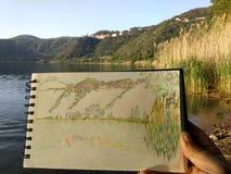 Делать эскиз к в маленьком vulcanic ландшафте озера Стоковые Фотографии RF