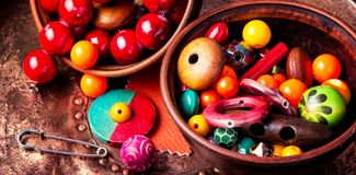 Делать bijouterie покрашенных шариков Стоковые Изображения