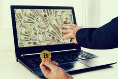 Делать bitcoins торговой операции денег Большие выгоды от минирования cryptocurrencies стоковые изображения rf