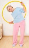 делать hula обруча бабушки гимнастическое Стоковые Изображения RF