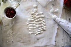 Делающ белым рождеством сладостные меренги с гранатовым деревом Стоковые Фотографии RF