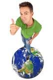 делающ верхнюю часть большого пальца руки человека глобуса вверх Стоковая Фотография