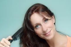 делающ волос ее женщина стоковая фотография rf