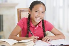 делающ девушку ее домашняя работа Стоковая Фотография RF