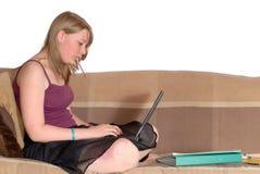 делающ домашнюю работу девушки подростковую Стоковые Фото