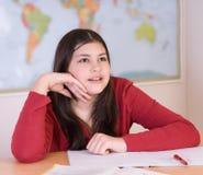 делающ домашнюю работу девушки предназначенную для подростков стоковое изображение rf